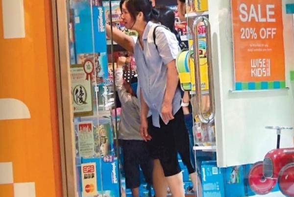 【蜗牛棋牌】杨千嬅3岁儿子近照曝光 与小姑娘玩耍尽显天真