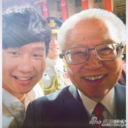 【蜗牛棋牌】林俊杰庆祝新加坡建国50周年 与总统合影