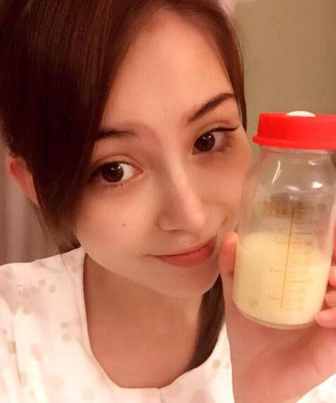 【蜗牛棋牌】辣妈一枚!昆凌产后亮相素颜晒母乳