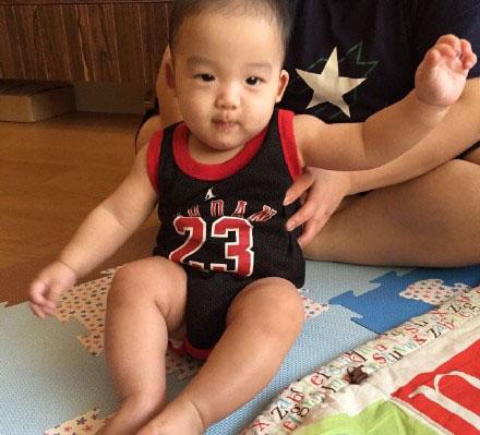 【蜗牛棋牌】范玮琪双胞胎儿子穿球衣 一红一黑模样可爱