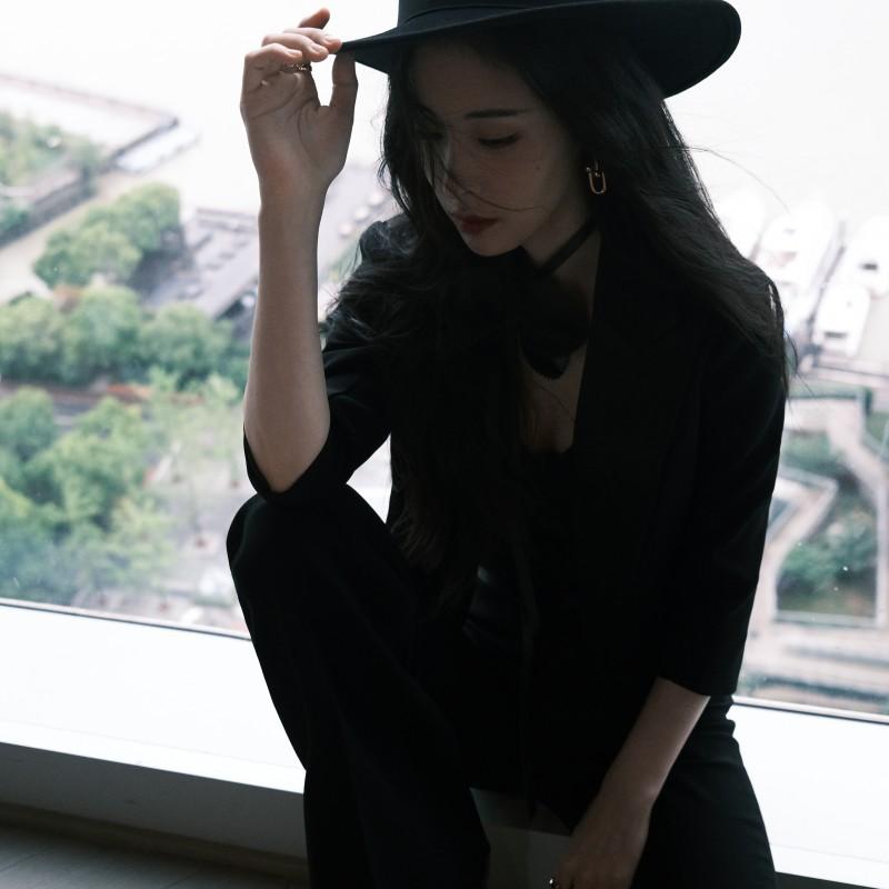 【蜗牛棋牌】张碧晨亮相嘉人女性影响力之夜 黑色西服套装酷飒十足