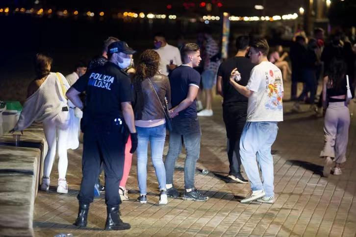 【蜗牛棋牌】西班牙发生大规模集中感染 超2000人受影响