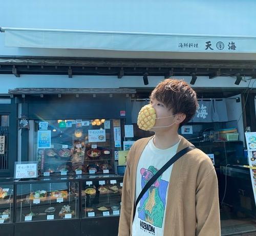 """【蜗牛棋牌】日企研发""""菠萝包口罩"""":可直接食用还有面包香气"""
