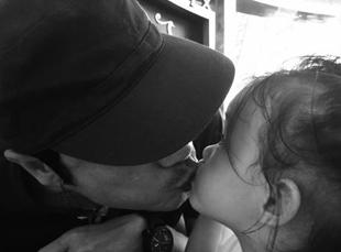【蜗牛棋牌】苏岩晒老公罗嘉良亲吻爱女照 温馨有爱