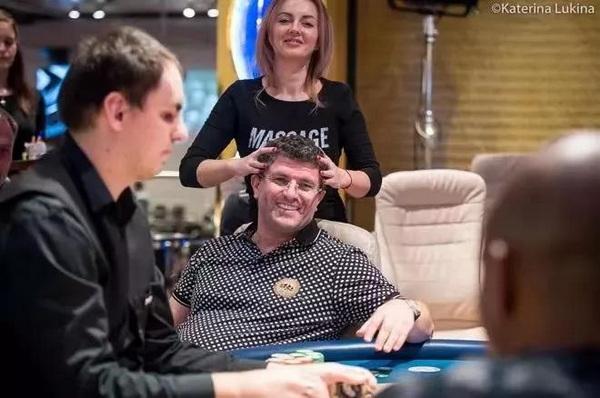 【蜗牛棋牌】国王扑克室老板在自家打超浪PLO拿下超大底池