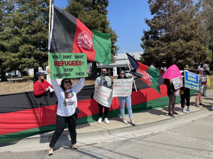 【蜗牛棋牌】哈里斯现身拉票集会 民众举阿富汗旗帜抗议